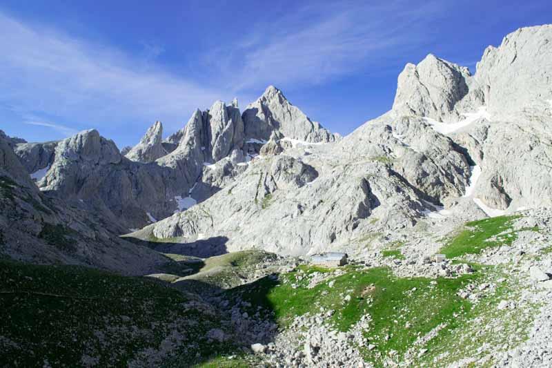 Pico Cabrones y refugio en el Jou de los Cabrones, Picos de Europa, Asturias