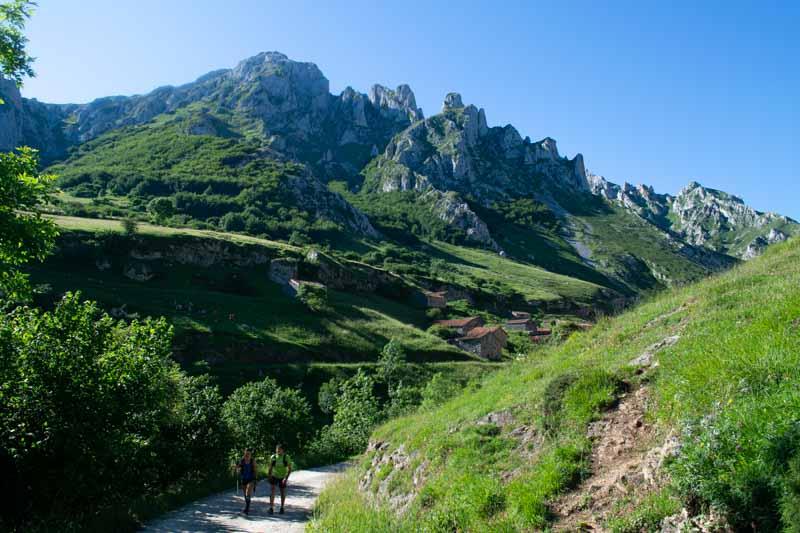 Pista a Collado Pandébano desde Sotres en Picos de Europa
