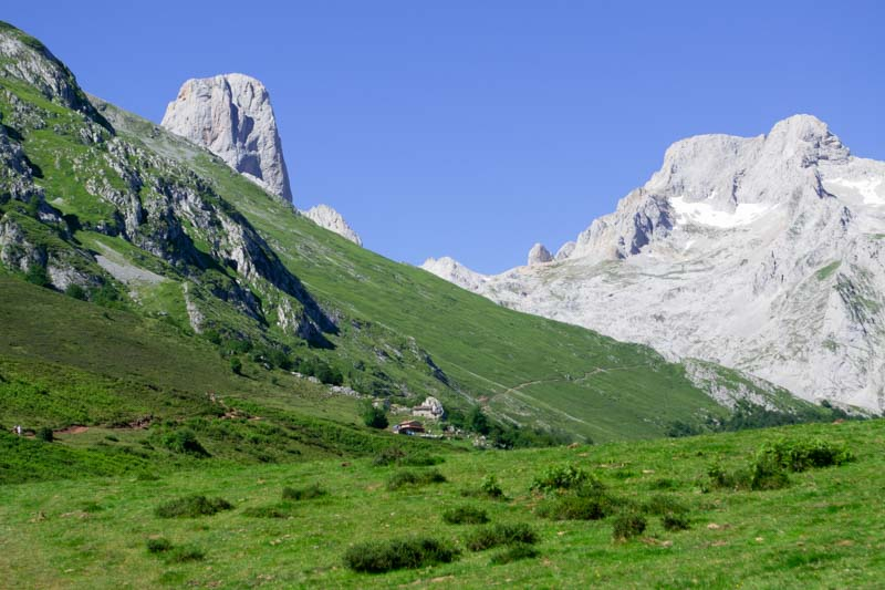 Naranjo de Bulnes visto desde Collado Pandébano, Picos de Europa