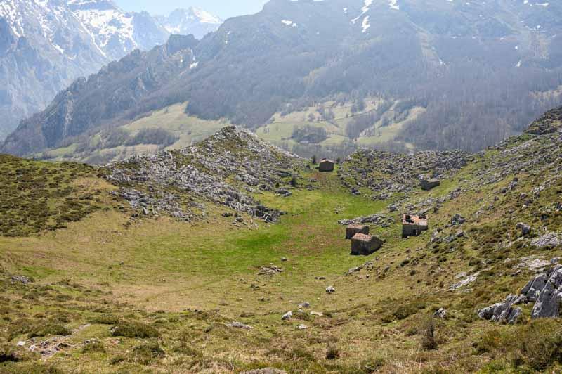 Cabañas de Pastores en majada Soterraña cerca de Peña Maín en Picos Europa
