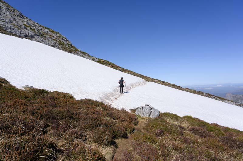 Cruzando un nevero en Picos de Europa en la ruta a Peña Main