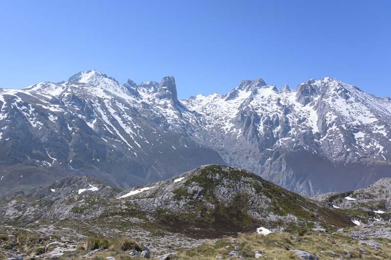 Panorámica al Naranjo de Bulnes y Macizo Central de Picos de Europa desde Peña Main
