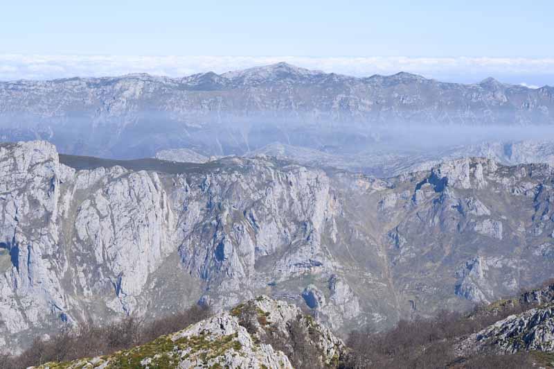 Vistas al norte en Peña Main, Sierra de Portudera, Sierra del Cuera y mar Cantábrico