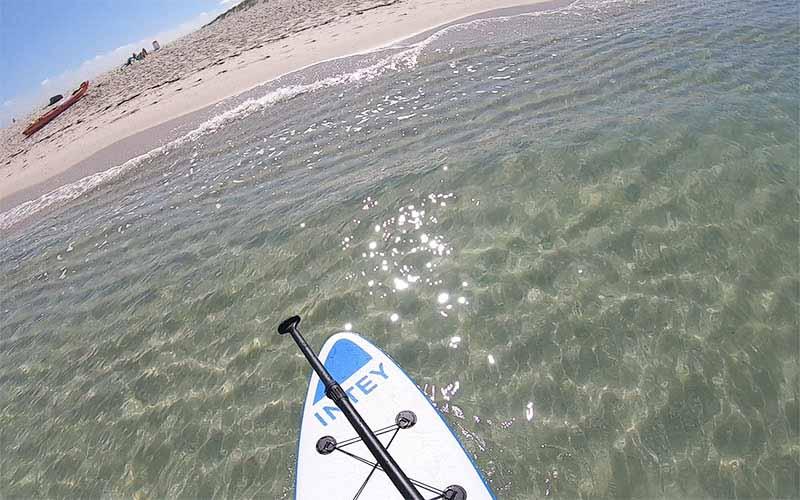 Llegando en paddle surf al islote Areoso en Rias Baixas, Galicia