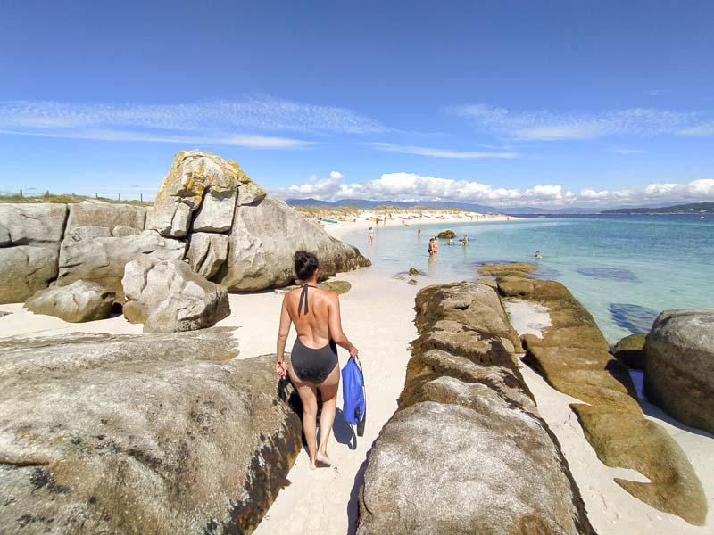 Playa de arena blanca y agua transparente en islote de Areoso, Galicia